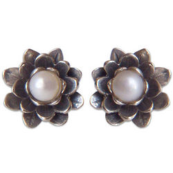 White-Eyed Lotus Pearl Flower Earrings